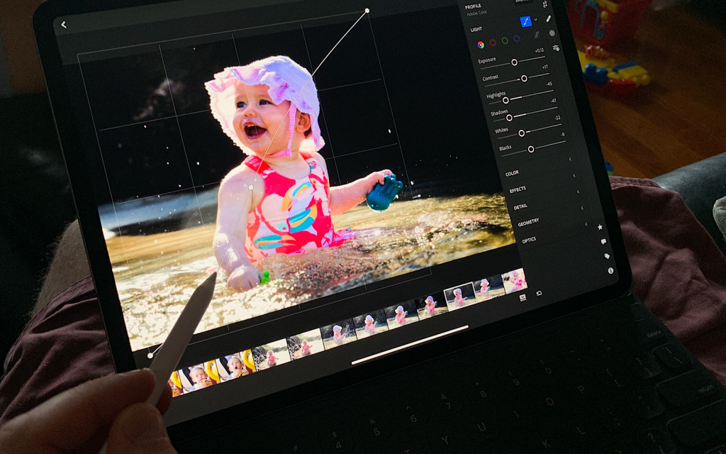 Using the Apple Pencil, you can edit photos on the 2018 iPad Pro with more precision